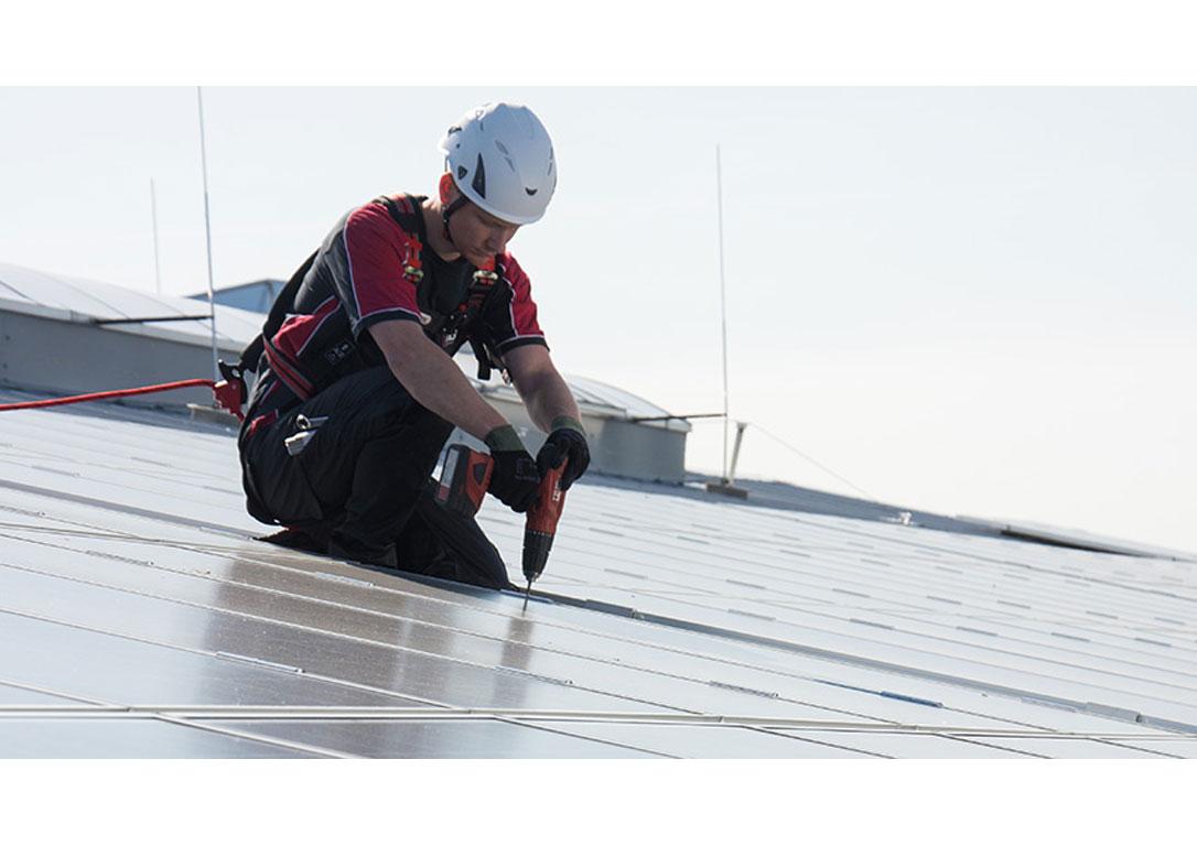 Arbeiter-gesichert-an-Anschlagpunkt-ABS-Lock-X-Solar